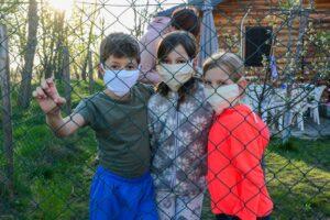 Děti v dětských domovech mají kvůli koronaviru omezený pohyb, on-line školu musí zvládat s jedním dospělým ve skupinách po osmi žácích (ilustrační foto). | Foto: Shutterstock.com